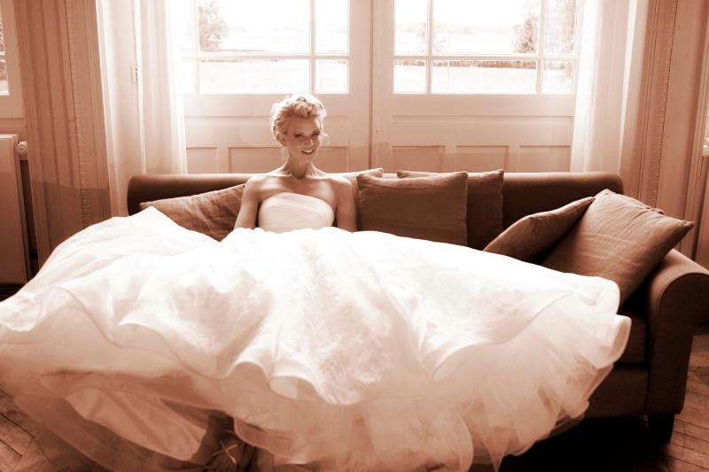 1207_myr_bride_in-sofa_bw_ld