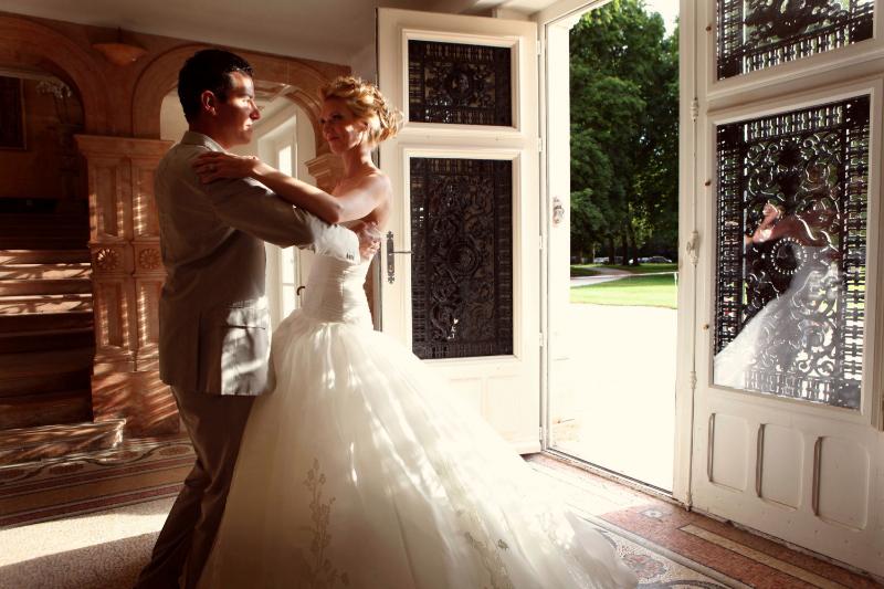 1207_myr_couple-dance-in-lobby_ld